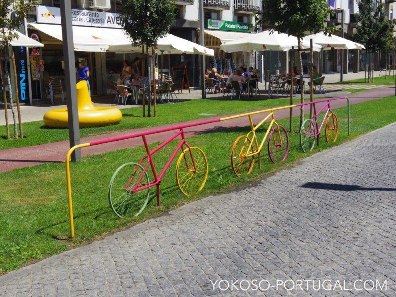 柵もカラフルな自転車。