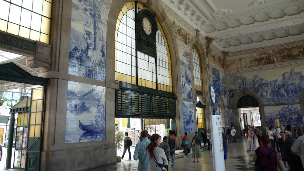 アズレージョの美しいサン・ベント駅